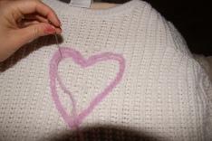 Stikk nålen om og om igjen ned i tråden, og form et mønster etter eget ønske.