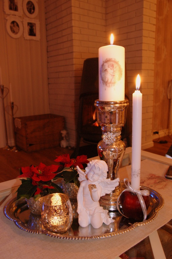 Jeg har en forkjærlighet for fat med dilldall på. Her med både julestjerner og eple med et stearinlys i.