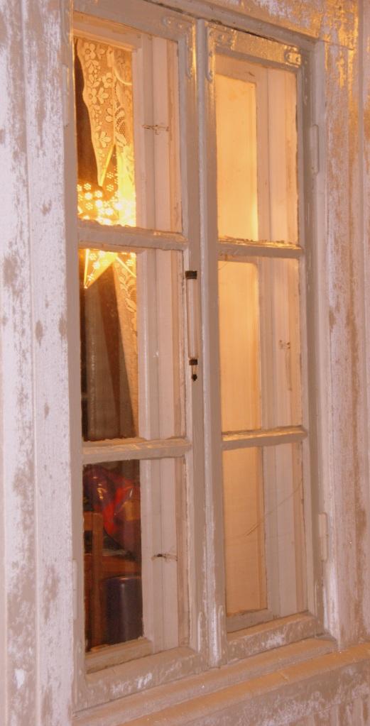Jul i vinduet, sett utenfra.