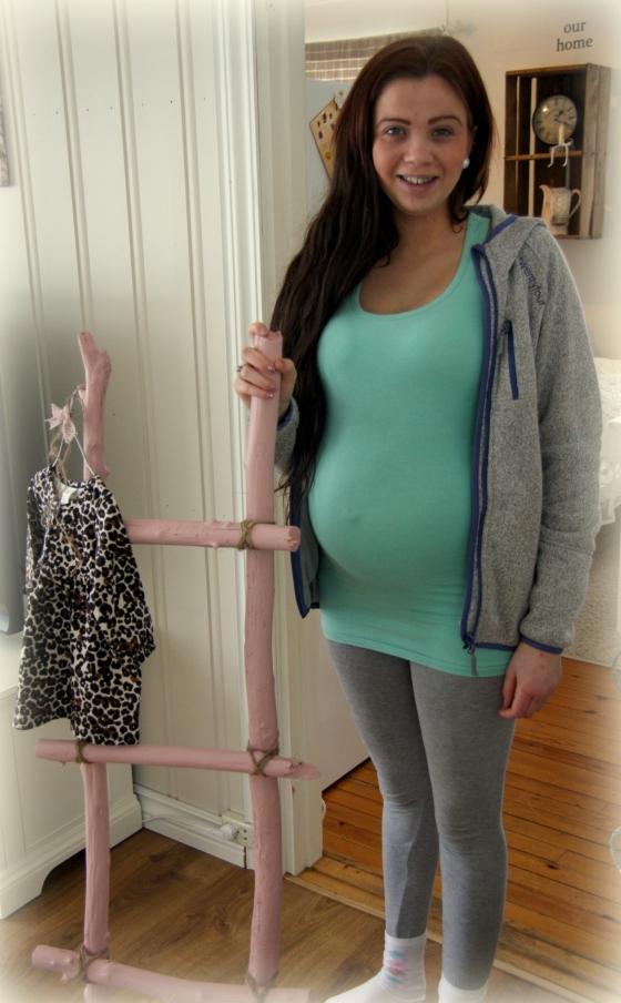 Stige med leopardkjole, kommende mor og babymage.