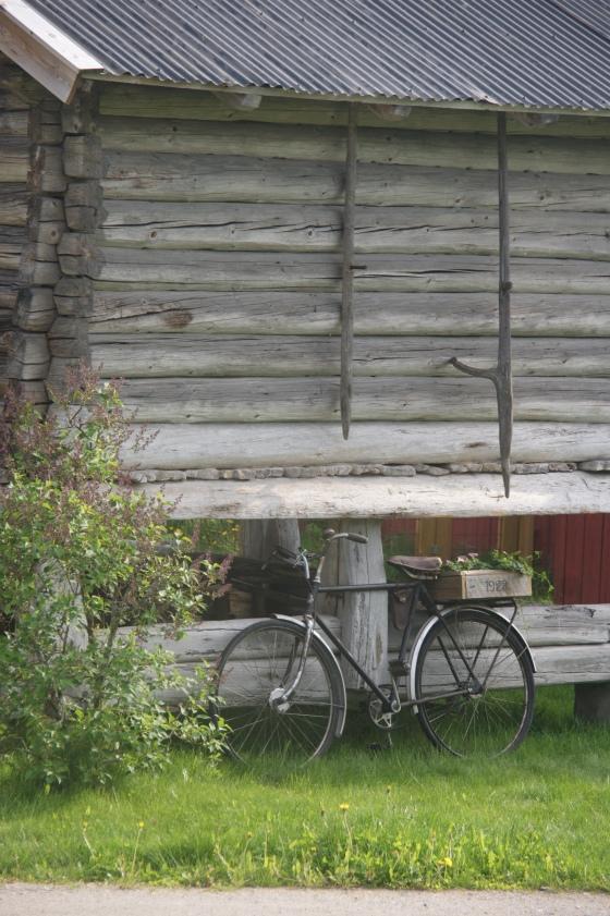 Utesjarm med gammel sykkel og hjemmesnekret blomsterkasse